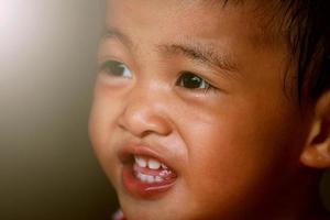 glad liten flicka foto