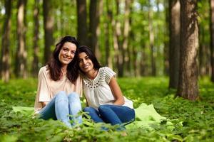 mamma och dotter på en picknick