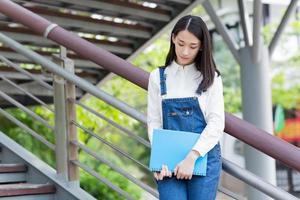 flicka som läser utomhus foto