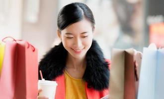 vacker ung kvinna shopping foto