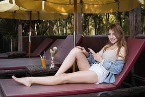 vacker flicka surfar på internet i en smartphone foto