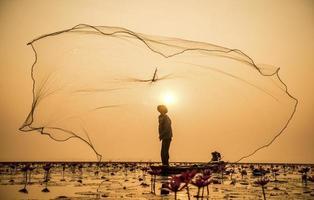 fiskare av sjön i aktion vid fiske