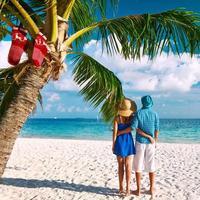 par i blå kläder på en strand vid jul foto