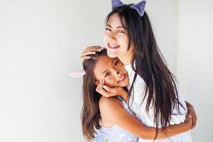 två asiatiska flickor klädda med kattöron foto