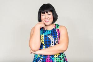 porträtt av vacker överviktig asiatisk kvinna foto