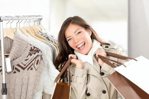 shoppar kvinna glad