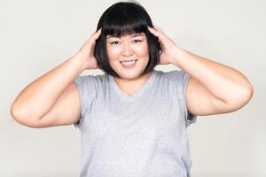 porträtt av vacker överviktig asiatisk kvinna som ler foto