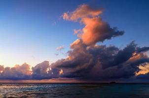 vacker solnedgång i Maldiverna foto