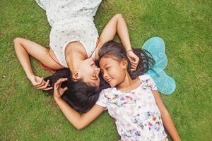 två asiatiska flickor på en födelsedagsfest foto