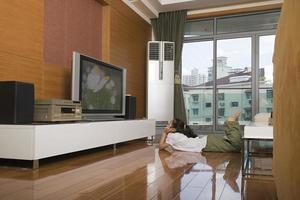 tjej tittar på tv foto