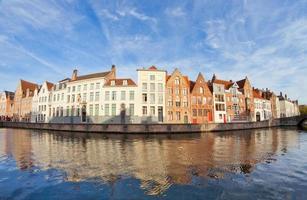 hus längs kanalen, bruges, Belgien foto