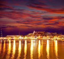 eivissa ibiza stad i centrum vid solnedgången i baleariska foto