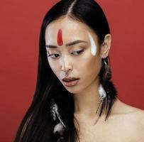 skönhet ung asiatisk tjej med smink som pocahontas, röd foto