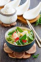 asiatisk soppa med räkor och grönsaker.