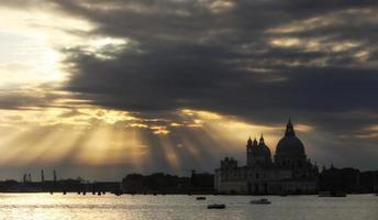 molnlandskap över santa maria della hälsningskyrkan foto