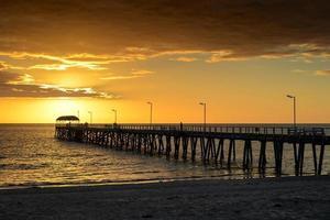 folk på bryggan vid solnedgången foto