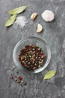kryddor på en sten