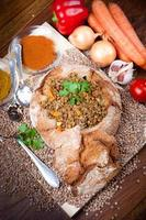hemlagad linssoppa serverad i bröd foto