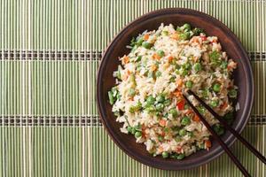 japanska stekt ris med ägg och ärtor ovanifrån horisontellt foto