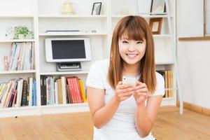 kvinna som använder smarttelefonen foto