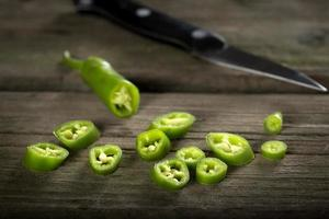hackad färsk grön chilipeppar foto
