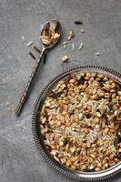 okokt multigrain ris i metallplatta på träbakgrund foto