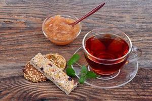 organiska spannmålskakor i en tallrik och te foto