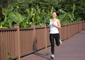 frisk kvinna som joggar utomhus foto