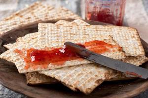 matzah med konserver - osyrade bröd för påsk foto