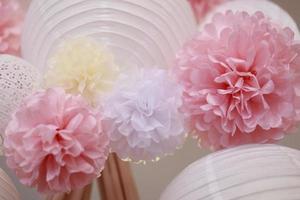 pappersblommor och kinesisk lykta foto