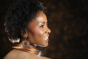 afroamerikansk kvinna i brons med dramatisk belysning foto