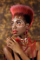 ganska afroamerikansk kvinna med stam ansiktsmålning foto