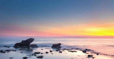 castiglioncello rock och hav vid solnedgången. Toscana, Italien.