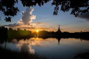 thailändska tempel för silhuett foto