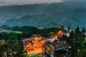 utsikt över fansipanmontering på kvällen, Sapa, Vietnam foto
