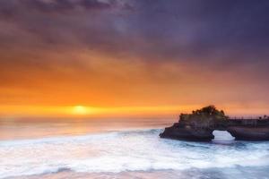Hindu tempel pura tanah parti och solnedgång Bali, Indonesien. foto