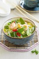 asiatisk soppa med räkor och grönsaker. foto