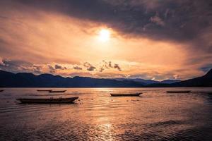 solnedgång på lugu sjön foto