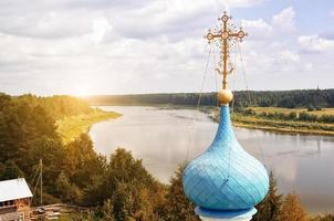 skog, flod och en del av kyrkan