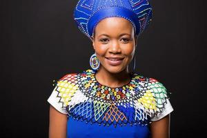 afrikansk kvinnastående på svart bakgrund foto