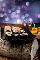 hälsosam och välsmakande japansk sushi med skaldjur