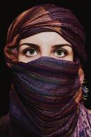 porträtt av vacker grönögad kvinna i hijab