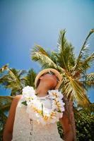 vacker flicka poserar på stranden i den varma solen foto