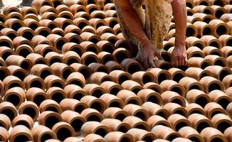 människor som tillverkar keramik på bhaktapur-torget i Nepal