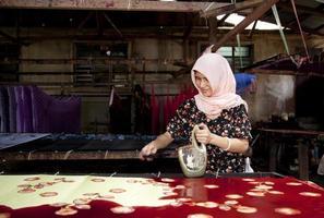 malaysia, gör batik, färgglada kläder. foto