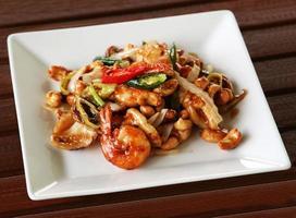 räkor med cashewnötter och chilipeppar foto