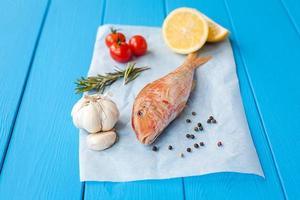 rå röd mullet på pergament före matlagning
