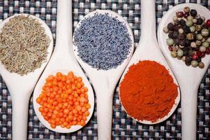 samling av kryddor för hälsosam matlagning foto