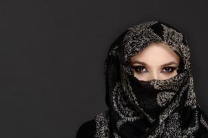 vacker kvinna i Mellanöstern niqab slöja foto