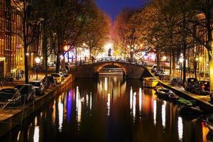 natt stadsutsikt över amsterdam foto